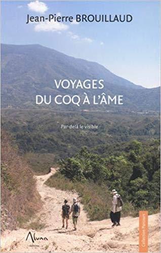 """Couverture du livre """"Voyages du coq à l'âme"""": 3 personnes descendent un chemin sec dans un paysage vallonné."""