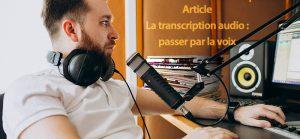photo: 1 homme de profil devant son bureau avec casque, micro, journaux et ordinateur.