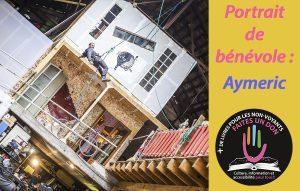 Photo d'Aymeric suspendu en rappel devant son atelier d'artiste à étage dans un entrepôt.