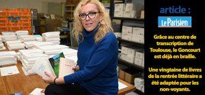 Adeline Coursant, directrice CTEB, présente les prix littéraires en braille dans ses mains.