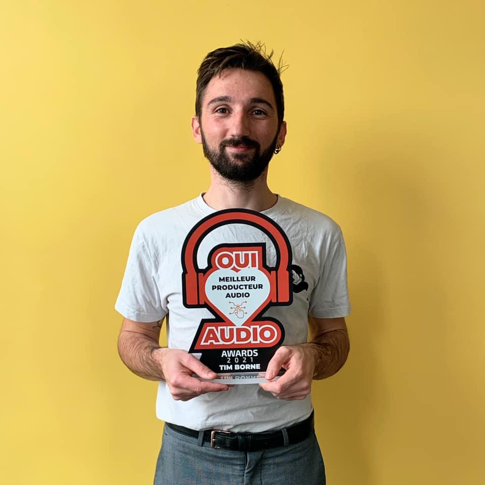 Tim de Blynd avec la récompense de meilleur prodeucteur audio 2021 entre les mains.