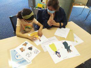 Agnés et Emma testent des dessins en relief