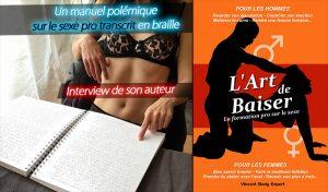 Une femme en lingerie derrière une table, lit un livre en braille.