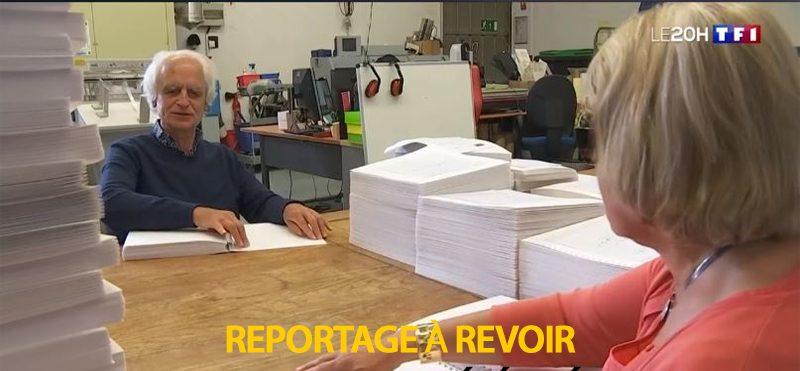 Jean Frontin et Blandine Gallo du CTEB lisent du braille en vis à vis sur une table