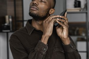 Un aveugle de couleur écoute son portable
