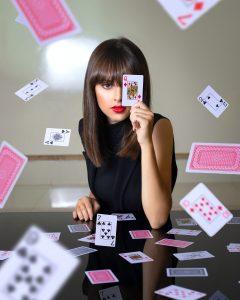 Une belle femme dans une nuée de carte à jouer vous défi..