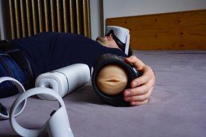 Un homme etendu sur le sol avec plein de gadgets sexuels Hi-Tech