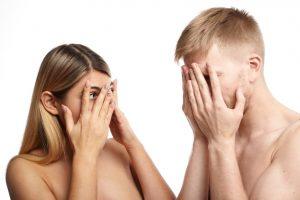 1 femme et 1 homme en buste. Nus, ils ont les mains sur les yeux.