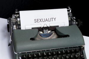 """machine a ecrire et """"sexuality"""" sur page papier"""