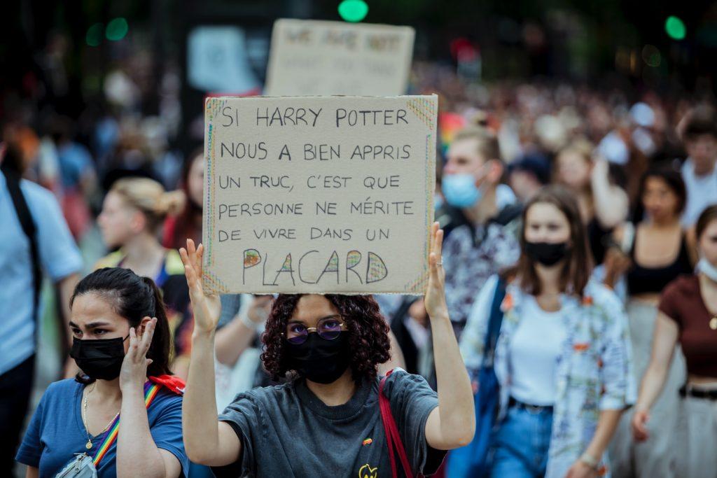 """Manifestation et pancarte: """"on ne mérite pas de vivre dans un placard"""""""