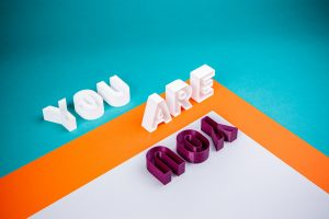 """Le slogan """"you are you"""" en lettres colorées"""