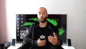 Vincent BodyExpert parle face caméra devant un grand écran de TV.